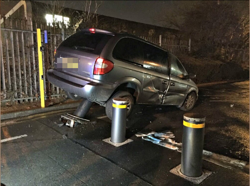 Car crashed into access controll Bollards Oxford.jpg